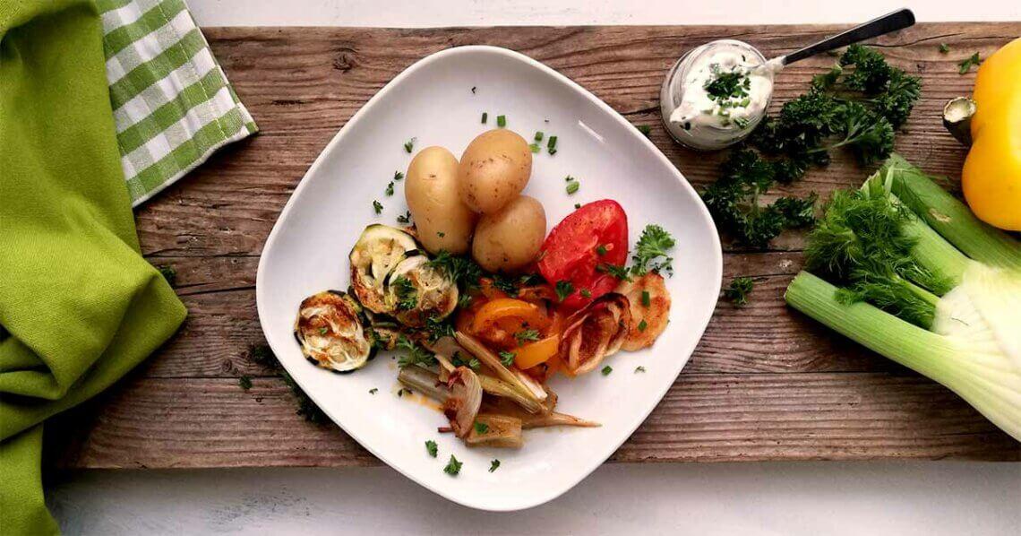 Saisonales Ofengemüse mit Pellkartoffeln