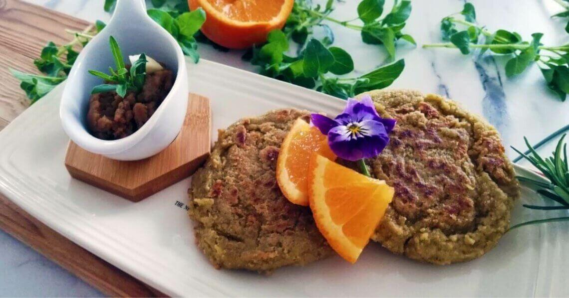 Knuspriges Haferflocken-Pfannenbrot mit Sesamaufstrich