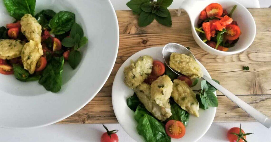 Basilikum-Gnocchi auf feinem Tomaten-Spinat-Bett