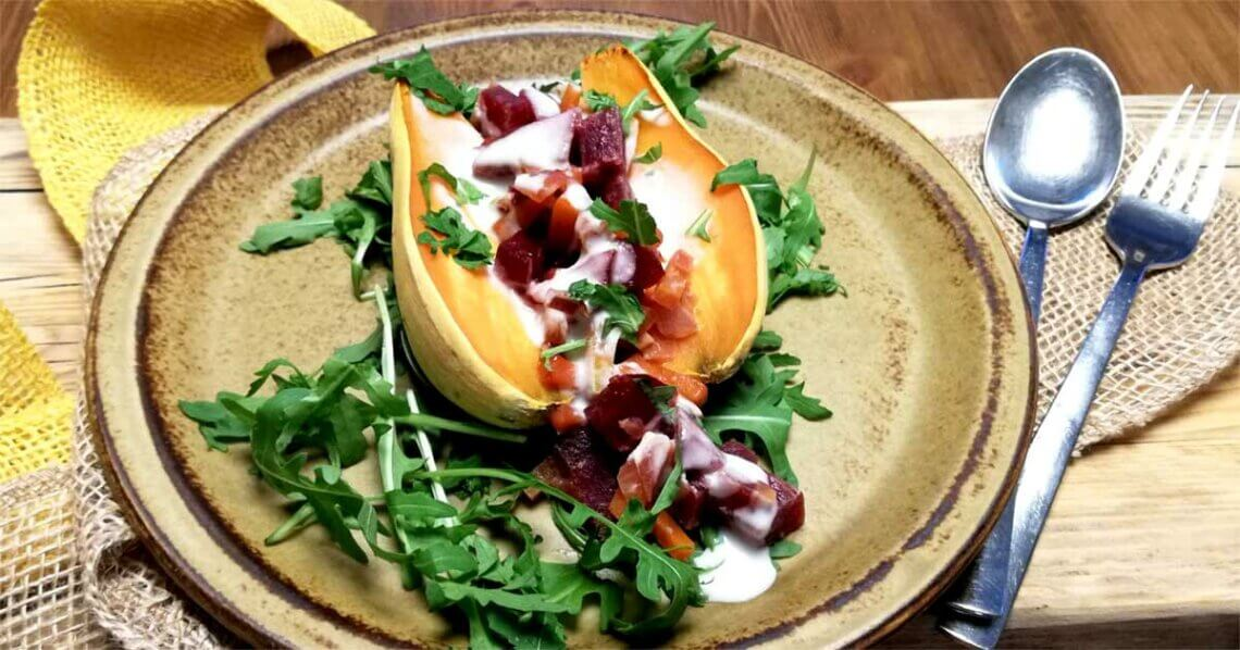 Rote Bete-Gemüse auf gebackener Süßkartoffel