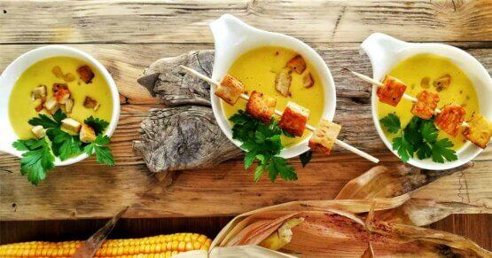 Cremige Kokos-Maissuppe mit gebratenem Tempeh